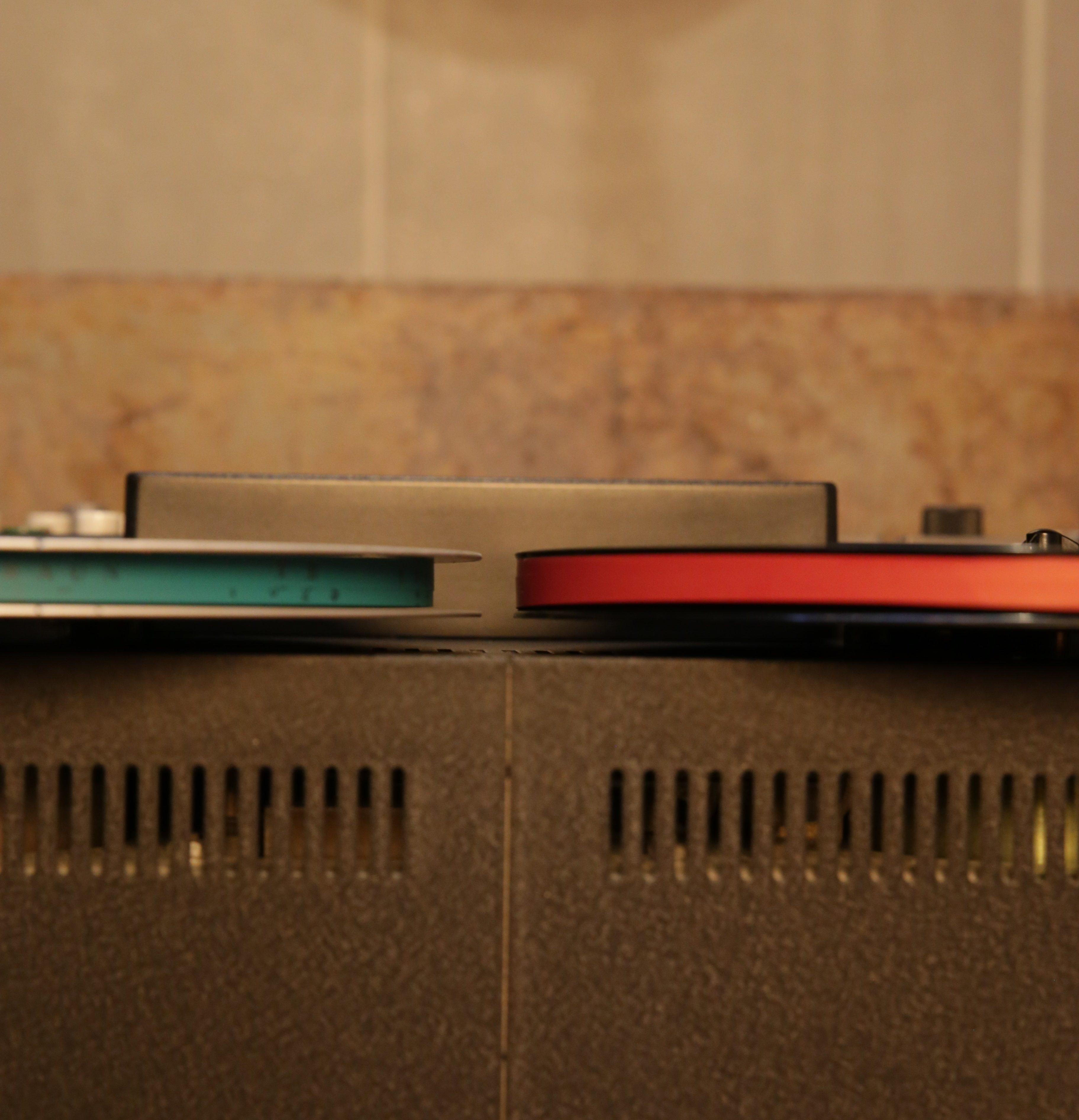 links: Braun TB 1025 auf der Spule des Agfa DPR26 professional rechts: das Agfa DPR 26 professional auf der Kunststoffspule des Braun TB 1025